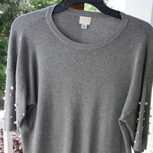 Gray short-sleeve sweater w/pearls